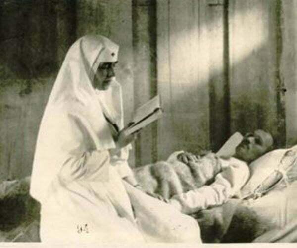 Regina Maria ingrijind raniti