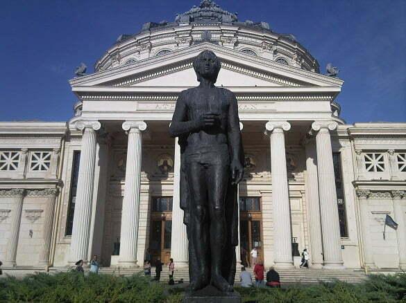 Statuia_lui_Mihai_Eminescu_si_Ateneul_Roman
