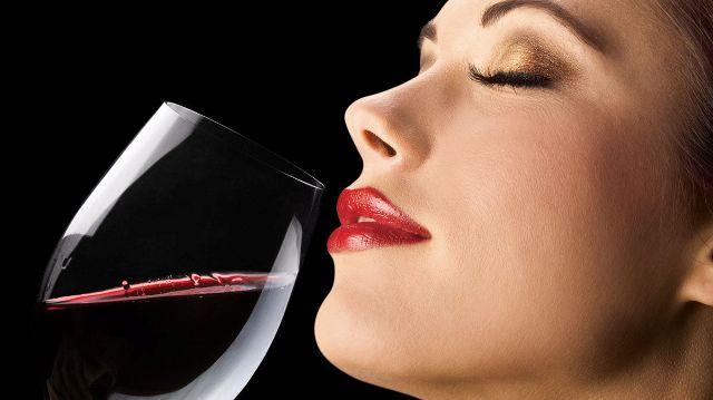 Femeie cu vin
