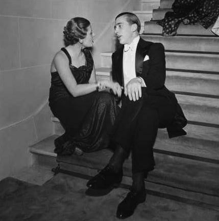 roger-schall-vogue-may-1935-elegant-couple-talking-on-staircase