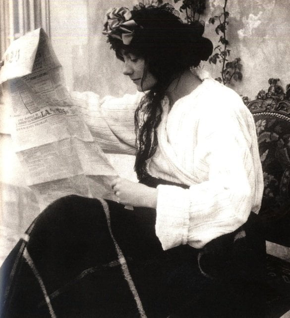 Gabrielle Chanel reading a newspaper Castle of Royallieu (Oise) Etienne Balsan proprety