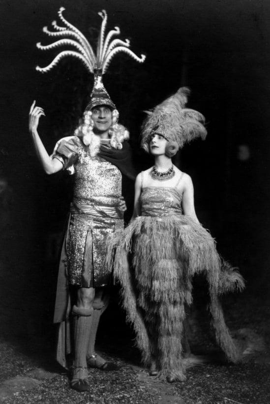 etienne-de-beaumont-et-sa-femme-habillc3a9s-dans-des-costumes-crc3a9es-par-lui-mc3aame-danse-baroque-1920s