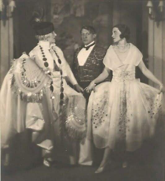 man-ray-madame-errazuriz-picasso-et-olga-au-bal-du-comte-de-beaumont-1924