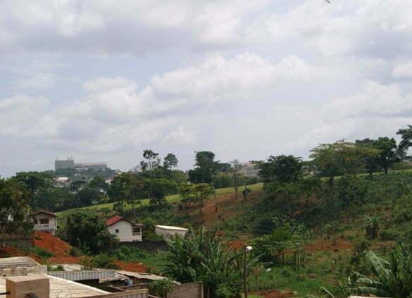 De pe terasa noastra, coline dominate de cladiri, casele autohtonilor si loturile lor de culturi intre case si teren de golf.