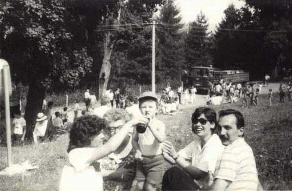 Prieteni-si-familie-la-gratar-in-Hoia-de-1-Mai-anii-80
