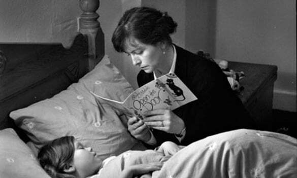 A-mother-reading-her-chil-008