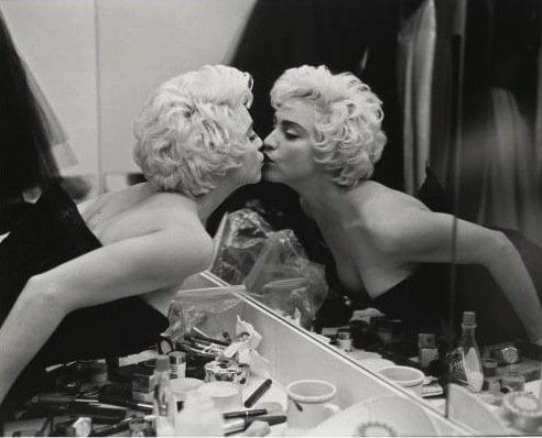 femeie oglindă sărut