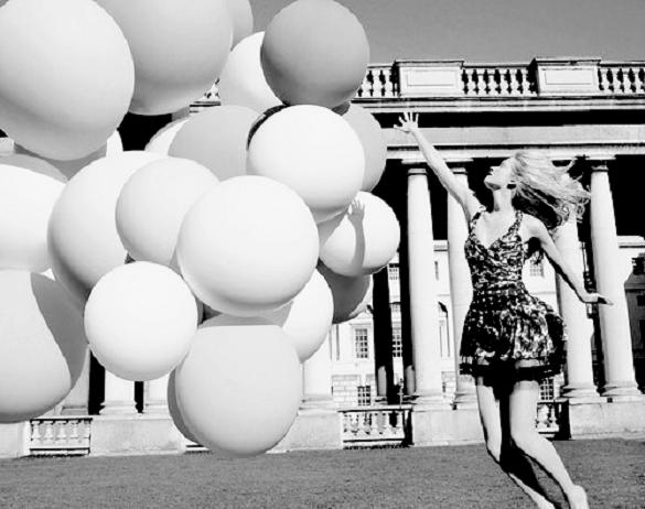 femeie cu baloane