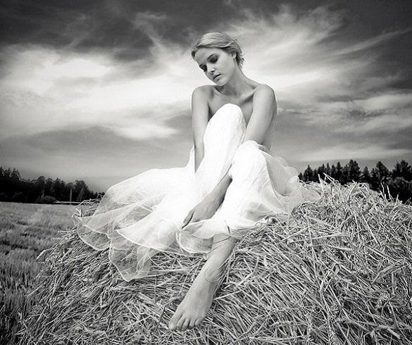 femeie in alb