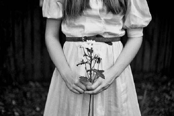 fata cu floare