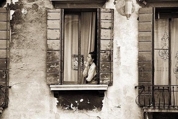 femeie la fereastra