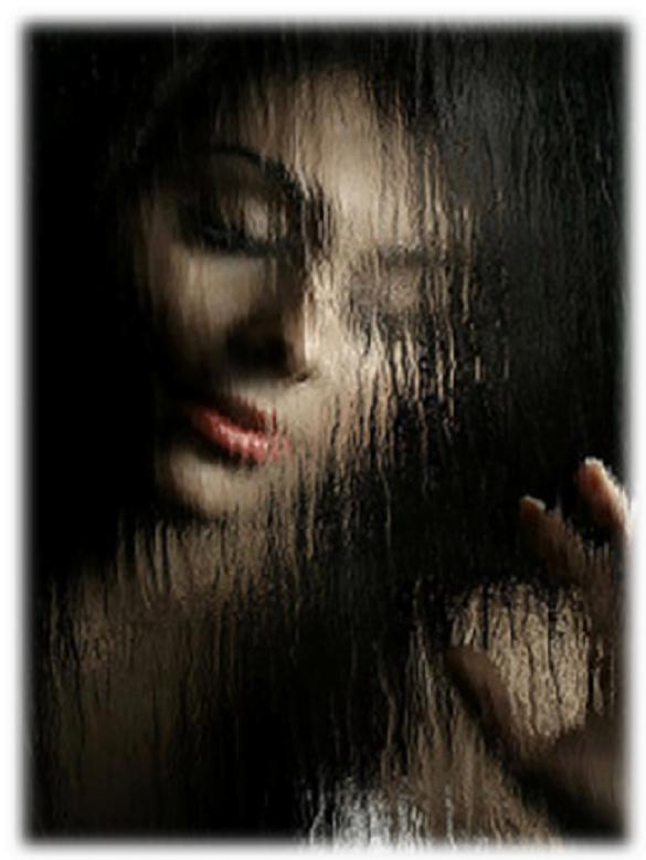 femeie prin ploaie la fereastra
