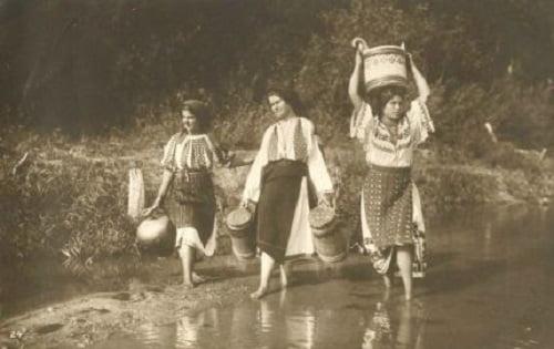 Femei-în-costume-populare-la-râu