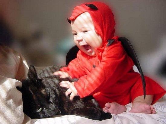 bebe cu pisica
