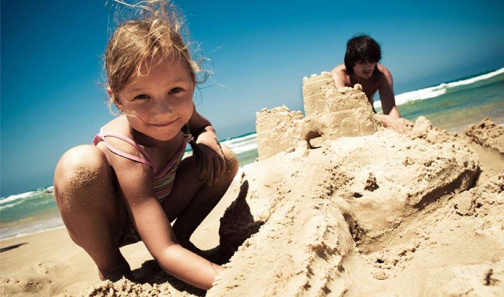 copii-plaja-castel