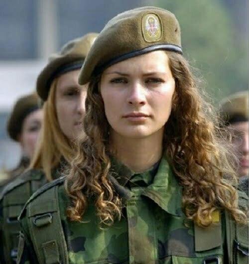 femei soldat serbia