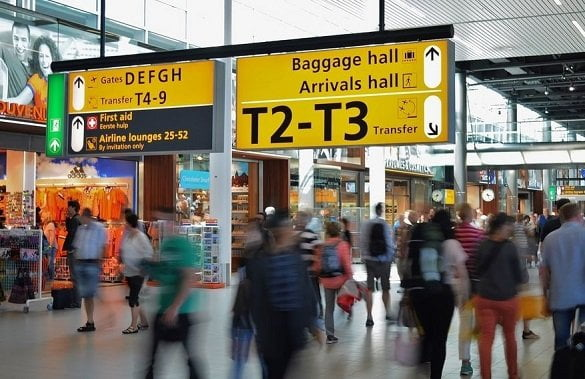 oameni aeroport