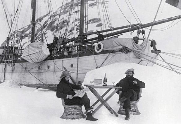 El capitán Charcot disfruta de la champaña «Mumm» en la Antártida en 1904.