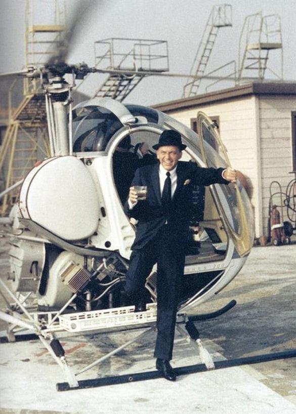Frank Sinatra sale del helicóptero con un vaso de whisky. Lo importante es siempre estar a la altura.
