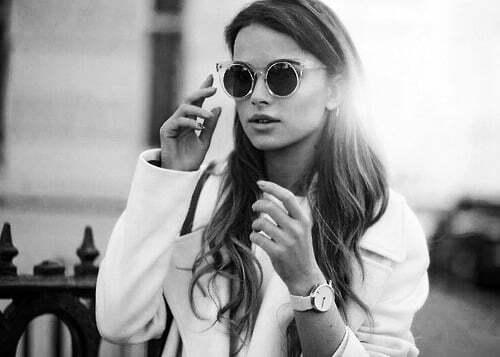 femeie ochelari de soare
