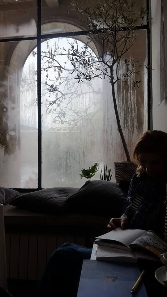femeie fereastra
