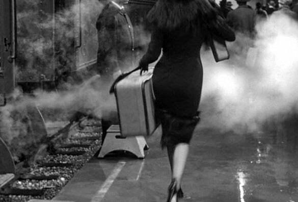 femeie tren valiza plecare