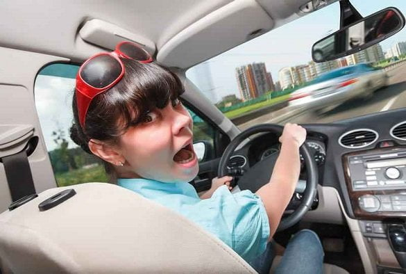 femeie volan masina