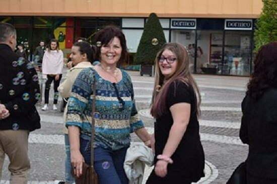Ma numesc Narcisa Gabriela Nitescu, am 47 de ani, iar fiica mea Ana - Nicole Nitescu are 16 ani.