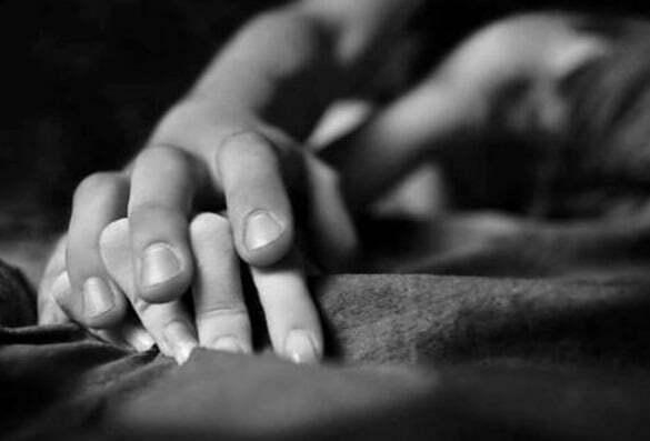 cuplu maini iubire