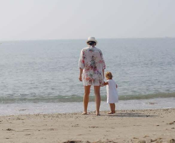 femeie copil plaja