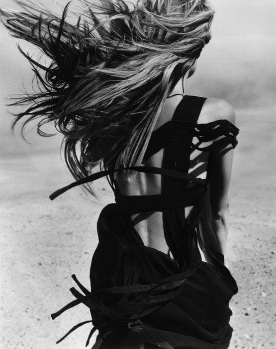 femeie rochie neagra