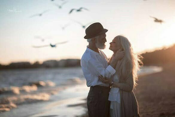 Russian-photographer-makes-wonderful-photos-with-an-elderly-couple-showing-that-love-transcends-time-5971bc21a4899__880