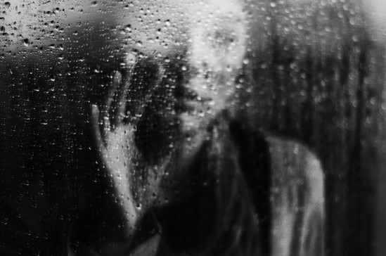 femeie tristete ploaie