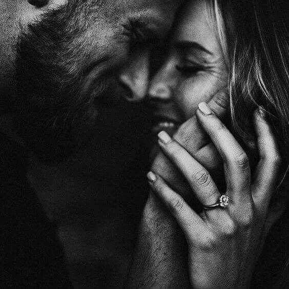 cuplu sarut imbratisare