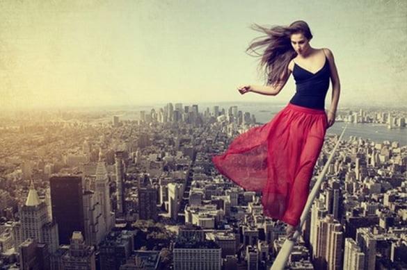 femeie oras rosu