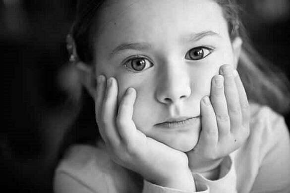 copil nefericit trist