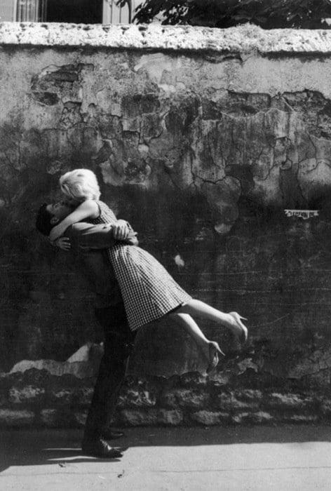 cuplu imbratisare zid