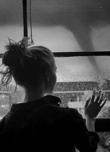 femeie fereastra ploaie