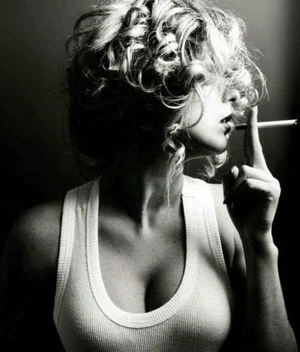 femeie fumeaza tigara