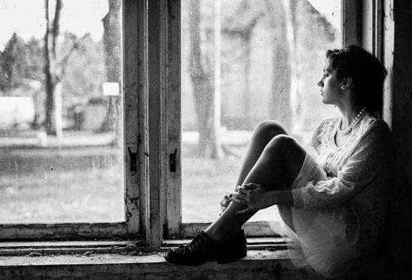 femeie singura la fereastra