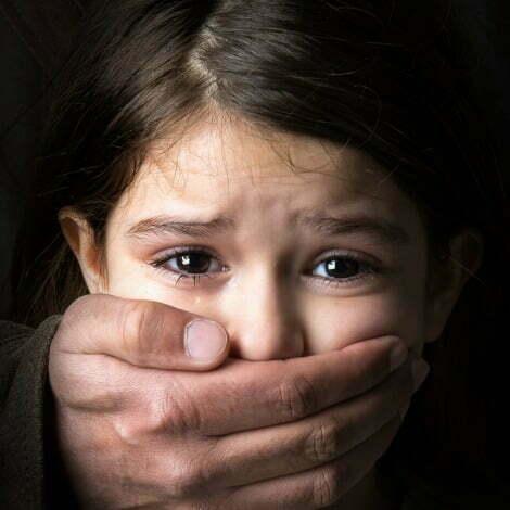 fetiță abuzată