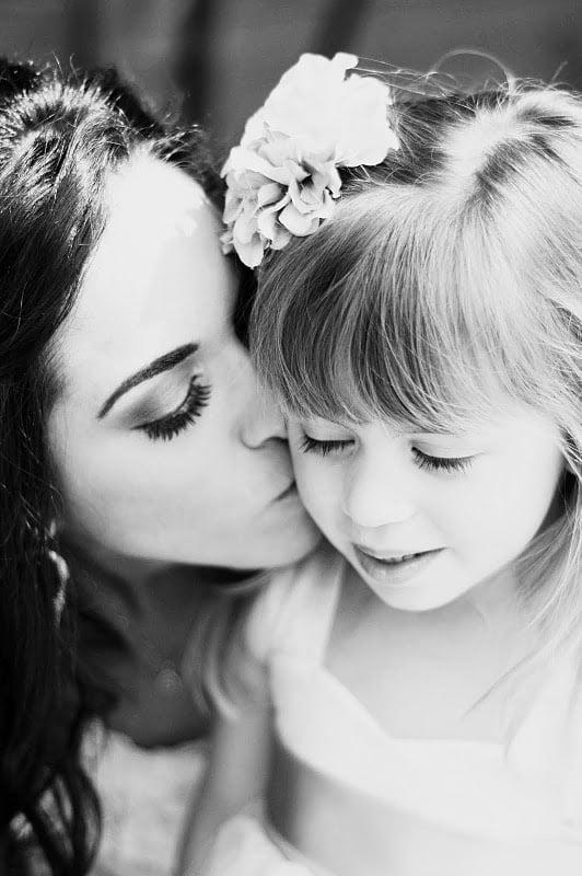 mama si fiica sarut