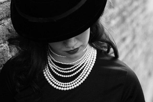 femeie perle palarie