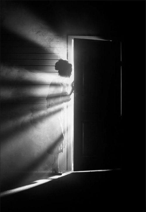 femeie usa intuneric lumina