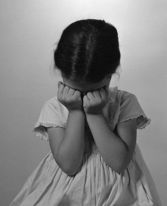 fetita trista