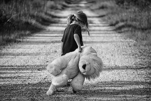 fetita ursulet tristete
