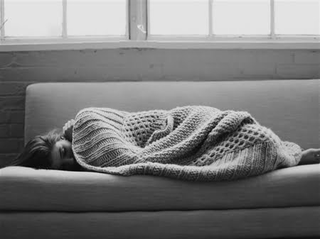 singuratate femeie canapea