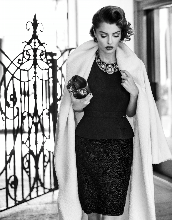 femeie eleganta rochie neagra