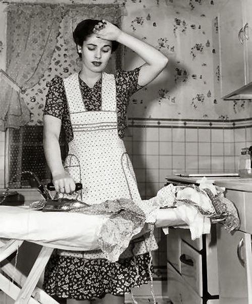 femeie călcând