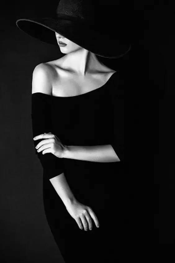 femeie cu pălărie